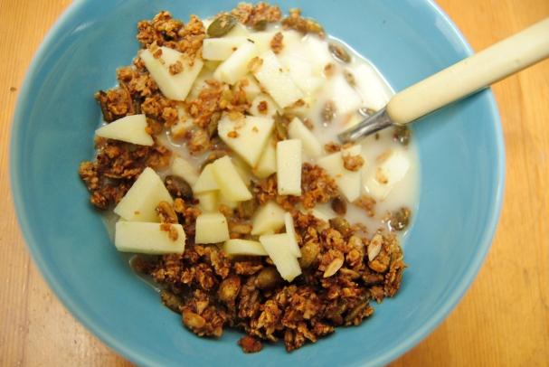 Homemade granola met appeltjes en rijstmelk.