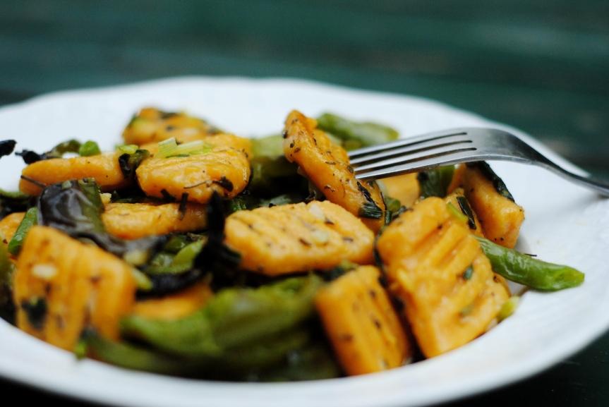 Zoete Aardappel Gnocchi met een Groene Salie-Citroensaus & Geroosterde Paprika's (Glutenvrij &Vegan)
